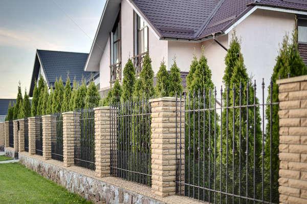 Modernen Land Haus Metall Zaun Ziegel Stock foto © bezikus