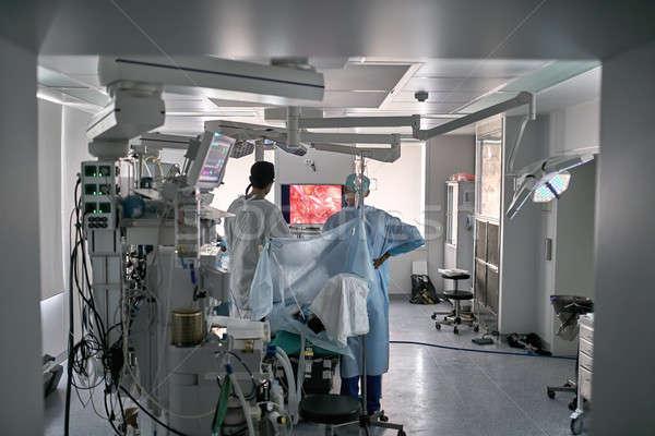 Foto d'archivio: Operazione · processo · sala · operatoria · medici · guardando