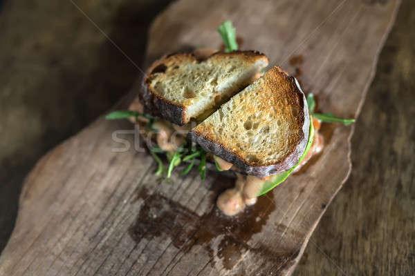 Pörkölt szendvics fa deszka sült saláta mártás Stock fotó © bezikus