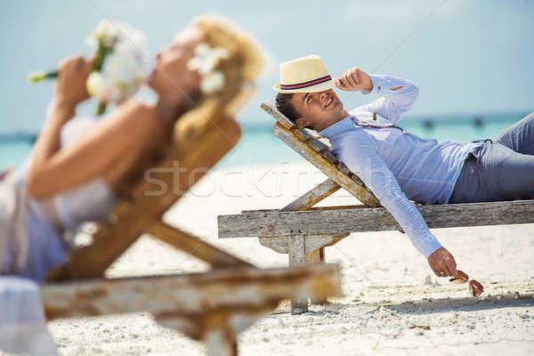 Paar strand liggen zon bloem bruiloft Stockfoto © bezikus