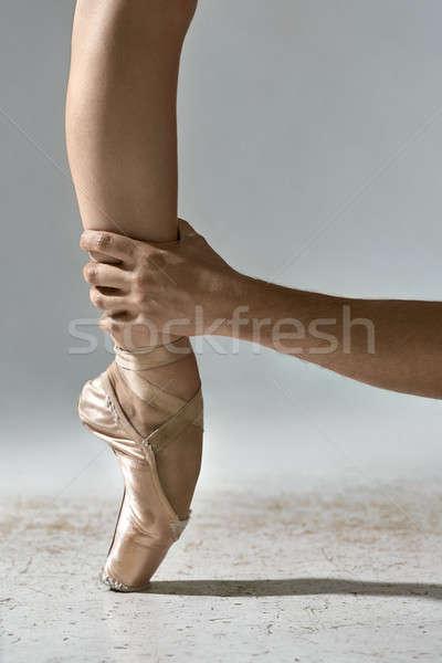 Fickó láb kéz tart szürke stúdió Stock fotó © bezikus