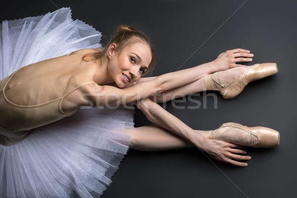 Bevallig ballerina vergadering vloer jonge zwarte Stockfoto © bezikus