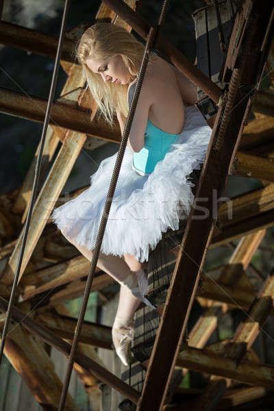 Miękkie baleriny posiedzenia starych zardzewiałe drabiny Zdjęcia stock © bezikus