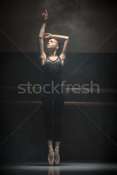 Bailarino jovem pose braço balé Foto stock © bezikus