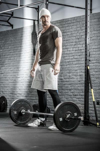 Crossfit edzés súlyzó csinos fickó szakáll Stock fotó © bezikus