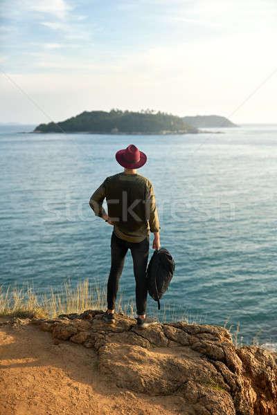 Reiziger poseren buitenshuis jonge man zwarte rugzak Stockfoto © bezikus