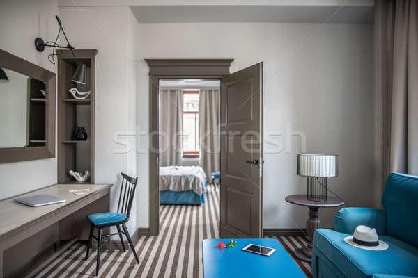 Elegante quarto de hotel luz listrado piso azul Foto stock © bezikus