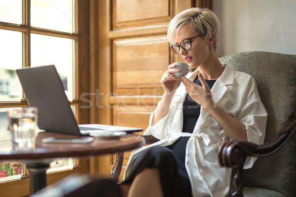 Meisje laptop beker cafe verrukkelijk blond Stockfoto © bezikus