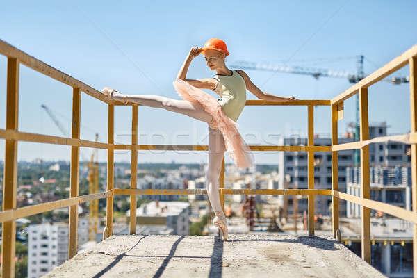Ballerina pózol beton erkély boldog lábujj Stock fotó © bezikus