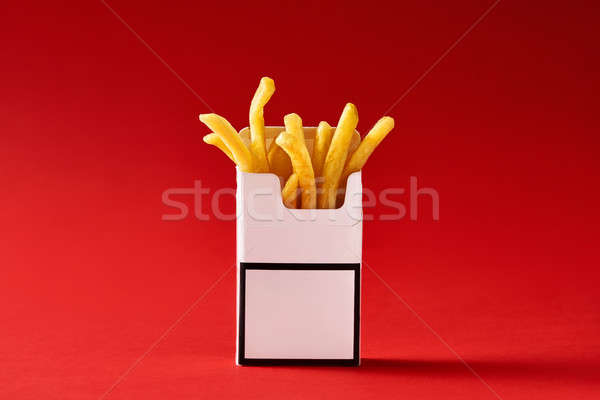 Fries dentro cigarro empacotar vermelho estúdio Foto stock © bezikus