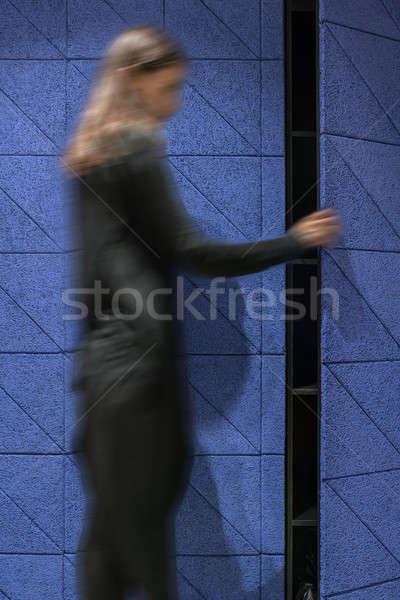 Vrouw Blauw deur binnenshuis Stockfoto © bezikus