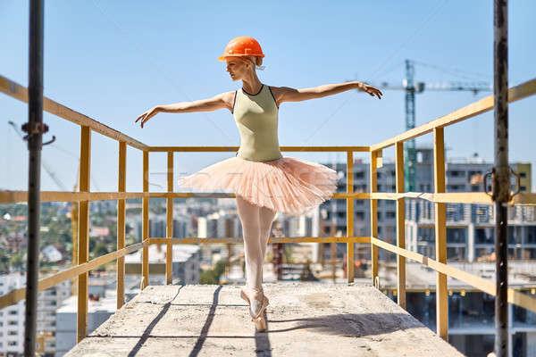 Bailarina posando concreto varanda alegre Foto stock © bezikus