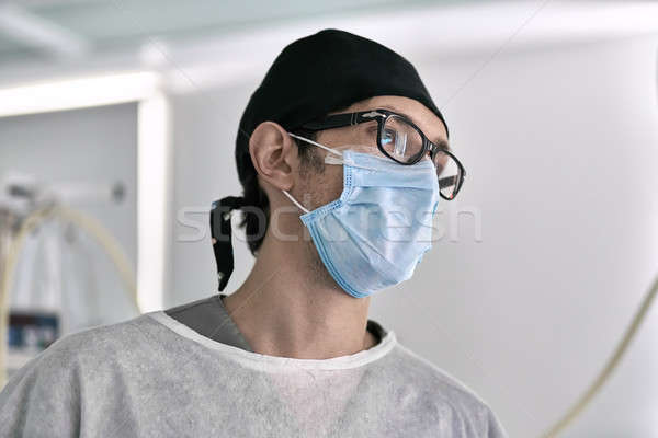 Cirujano sala de operaciones médico médicos ropa luz Foto stock © bezikus