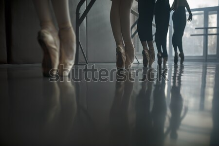 Foto stock: Ballet · bailarines · grupo · sala · grande · ventana