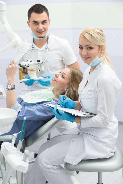 Foto stock: Paciente · odontología · chica · atractiva · azul · camisa · silla