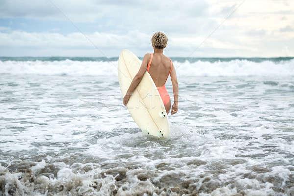 Szőke nő szörfdeszka tengerpart szép lány rövid Stock fotó © bezikus