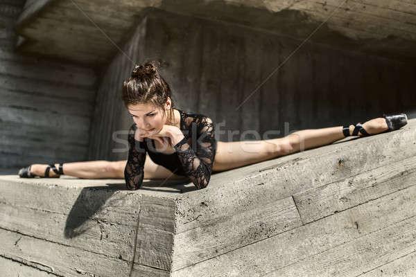 Wdzięczny baleriny posiedzenia krzyż patrząc w dół dziewczyna Zdjęcia stock © bezikus