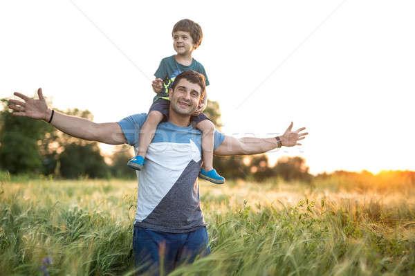 Vader zoon rogge veld zoon schouders vader Stockfoto © bezikus