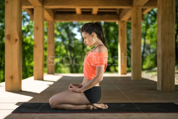 Meisje hielen aantrekkelijk meisje zwarte yogamat houten Stockfoto © bezikus