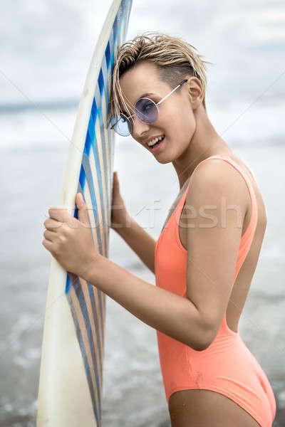 Nő szörfdeszka tengerpart káprázatos mosolyog szőke nő Stock fotó © bezikus