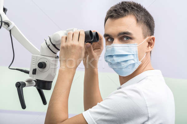 Dentiste dentaires microscope accueillant médecin regarder Photo stock © bezikus