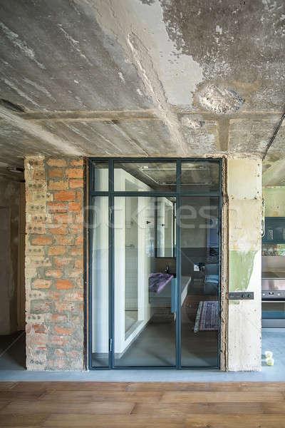 Interior sótão estilo banheiro vidro porta Foto stock © bezikus
