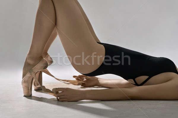 Balett-táncos pózol stúdió fiatal ballerina fekete Stock fotó © bezikus