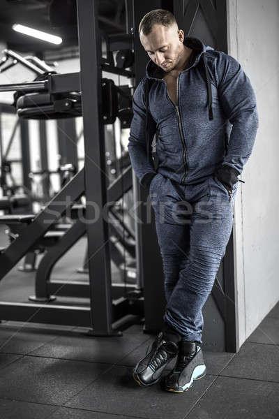 Gespierd man poseren gymnasium sterke groot Stockfoto © bezikus