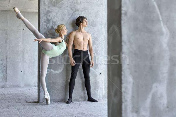 Ballet dansers poseren gebouw stijlvol Stockfoto © bezikus