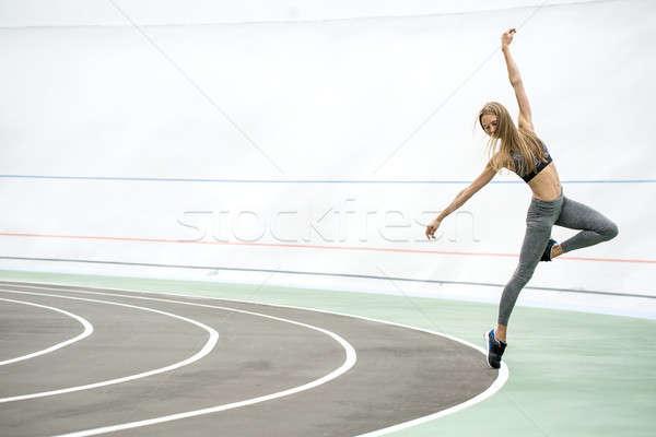 Meisje poseren buitenshuis verbazingwekkend cyclus track Stockfoto © bezikus