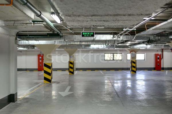 Földalatti parkolás autók padló fehér oszlopok Stock fotó © bezikus