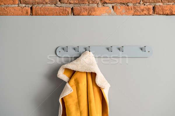 Metaal grijs hanger jas Geel opknoping Stockfoto © bezikus