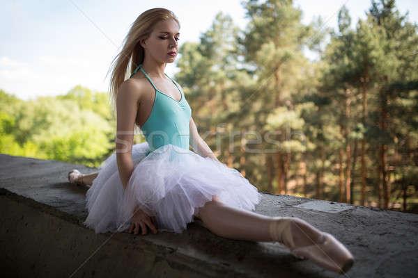 Stockfoto: Bevallig · ballerina · witte · vergadering · beton · brug