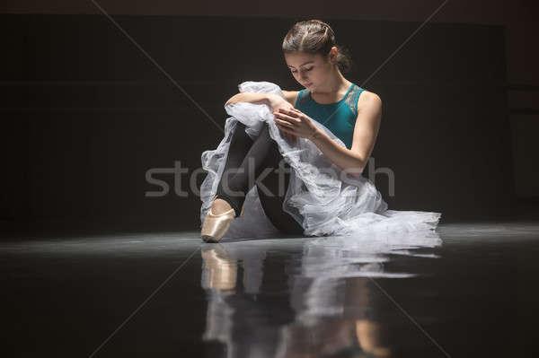 ülő balett-táncos aranyos ballerina padló tánc Stock fotó © bezikus