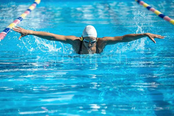Kelebek stil enerjik kadın yüzme havuzu Stok fotoğraf © bezikus