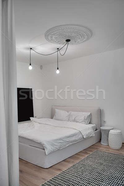 Stockfoto: Moderne · stijl · slaapkamer · witte · muren · tapijt · vloer