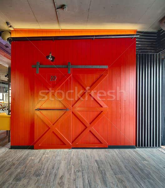 Toilettes entrée restaurant rouge bois mur Photo stock © bezikus