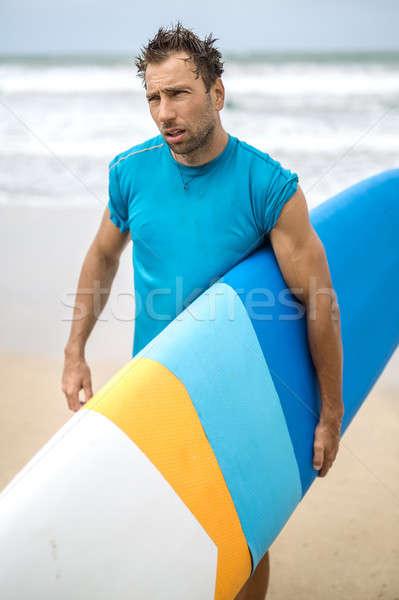 Homme planche de surf plage Guy cheveux chaumes Photo stock © bezikus