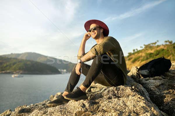 Reiziger ontspannen buitenshuis knap glimlachend vent Stockfoto © bezikus