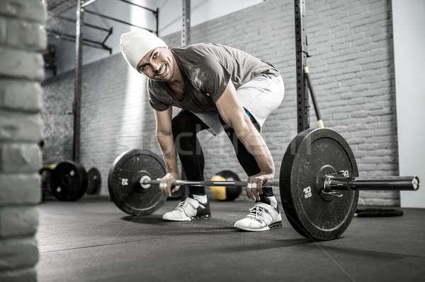 Crossfit edzés súlyzó mosolyog fickó szakáll Stock fotó © bezikus