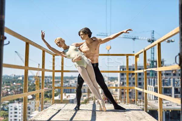 Balett táncosok pózol beton erkély hihetetlen Stock fotó © bezikus