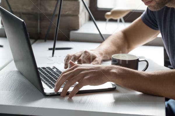 Man met behulp van laptop bebaarde venster laptop Stockfoto © bezikus
