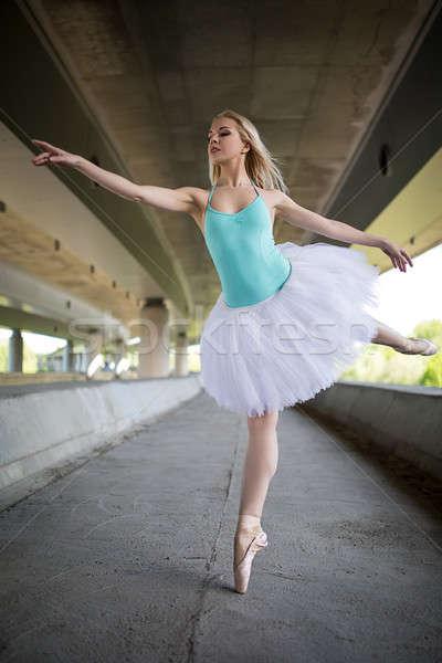 Bevallig ballerina dans beton brug achtergrond Stockfoto © bezikus