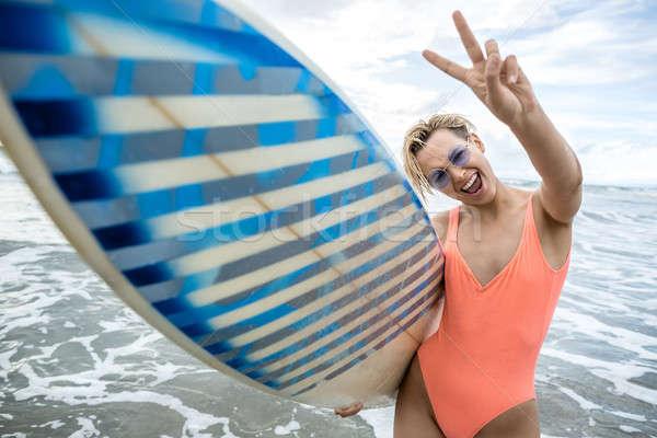 Szőke nő szörfdeszka tengerpart örömteli lány rövid Stock fotó © bezikus