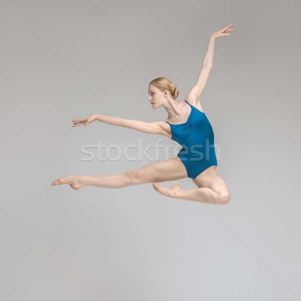 Ballerina poseren springen verrukkelijk grijs studio Stockfoto © bezikus