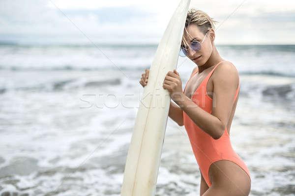Nő szörfdeszka tengerpart hihetetlen szőke nő lány Stock fotó © bezikus