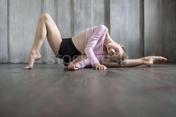 Ballerina pózol stúdió szép tánc visel Stock fotó © bezikus