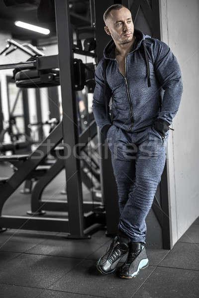 Gespierd man poseren gymnasium machtig groot Stockfoto © bezikus
