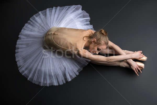 Bevallig ballerina jonge vergadering vloer zwarte Stockfoto © bezikus