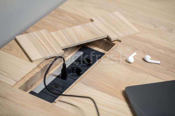 Primo piano foto tavolo in legno potere nero luce Foto d'archivio © bezikus